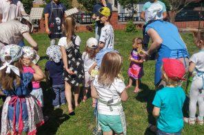 Nurty artystyczne wśród dzieci na występach przedszkolnych