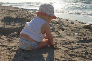 Niemowlę i małe dziecko, a baseny i inne akweny – co warto wiedzieć przed wakacjami.
