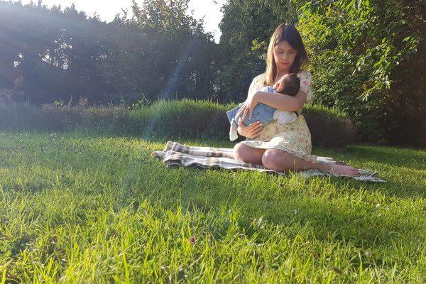 Dziewczyna tryska mleko z piersi